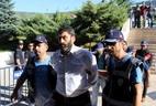 Policiais conduzem o major Sukru Seymen (C), suspeito de envolvimento no golpe de Estado fracassado, para ser julgado na cidade de Mugla