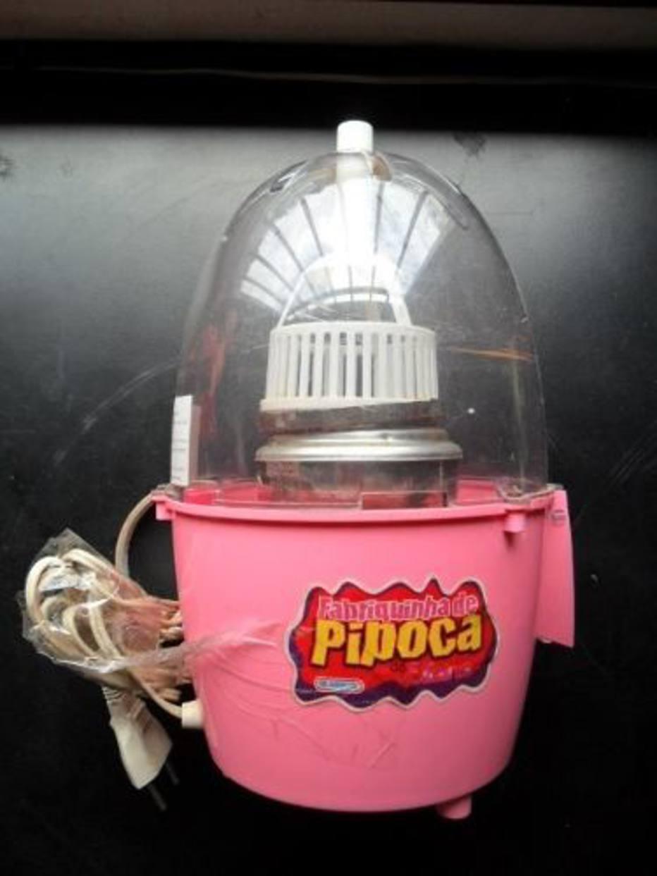 Não era um produto para crianças, porque, de fato, era uma pipoqueira. O aparelho era ligado na tomada e seu interior se aquecia, podendo causar queimaduras