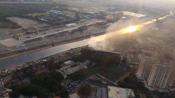Manifestantes criaram barricadas ao incendiar pneus  na Marginal do Tietê, no sentido Ayrton Senna