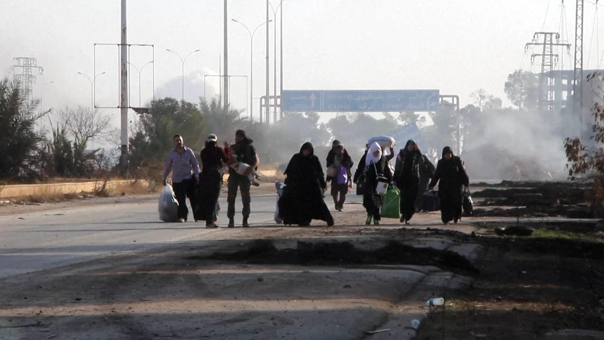 Família com bebê tenta fugir de ataque na Síria