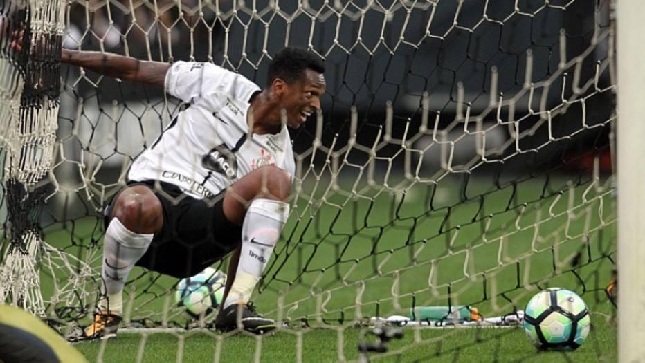 Jô fez gol com o braço diante do Vasco.