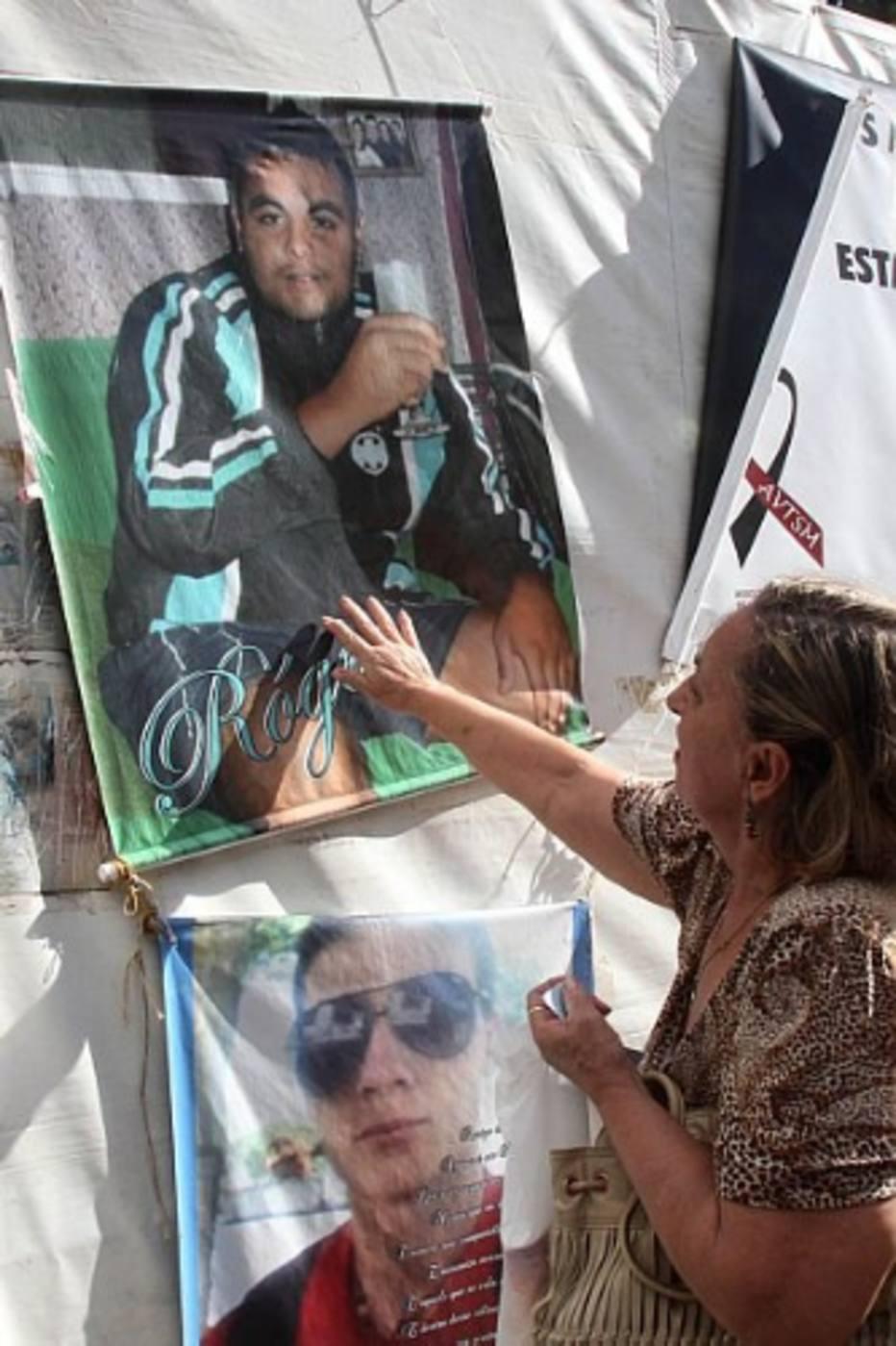 """Portando um cartaz com a foto da filha Rafaela Schmidt Nunes, morta aos 18 anos, o técnico em telefonia Jorge Alberto dos Santos Nunes, de 51, um dos 300 inscritos no congresso, resumia a dor de todos. """"Voltei a trabalhar 20 dias depois da tragédia, mas tive de me ausentar de novo em agosto, por depressão, e permaneço afastado desde então"""", contou."""
