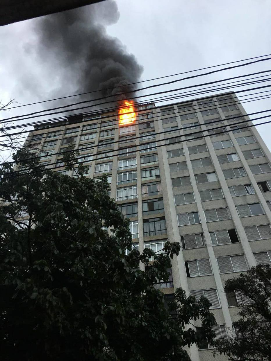 Incêndio em apartamento na Santa Cecília mobiliza mais de 30 bombeiros