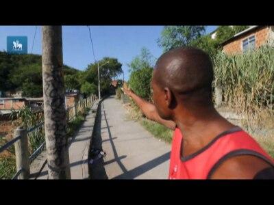Irmão de Claudia Silva Ferreira mostra o local em que ela foi baleada