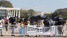 Funcionários em greve da Justiça protestam no Planalto