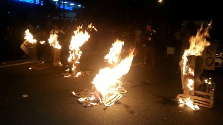 Os manifestantes chegaram a bloquear a Marginal Pinheiros, onde incendiaram catracas de papelão.
