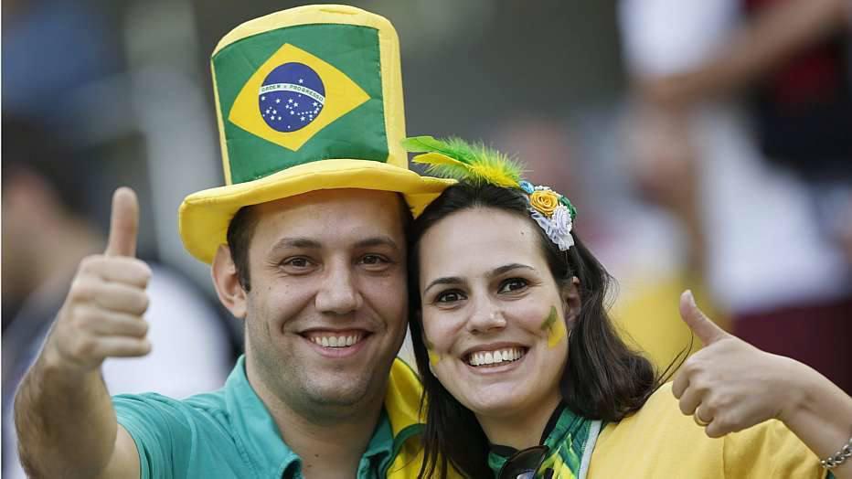 Torcedores brasileiros também estavam fazendo a festa em Curitiba.