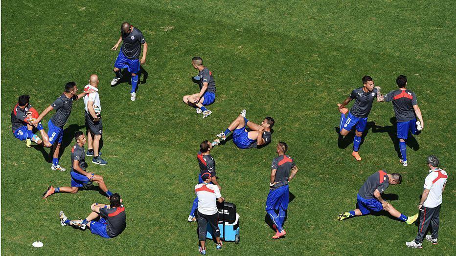 A seleção chilena também vai para o aquecimento e confirma Arturo Vidal, dúvida até então, como titular