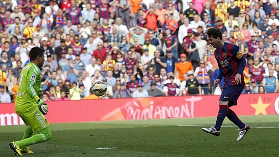 No final do jogo contra o Valencia, Lionel Messi marca seu 400º gol com a camisa do Barcelona