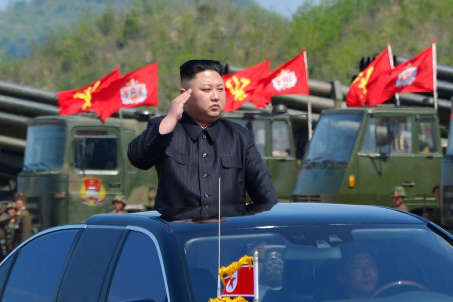 O líder norte-coreano, Kim Jong-un, supervisiona desfile militar na capital do país; Pyongyang testou novo míssil balístico nesta sexta-feira