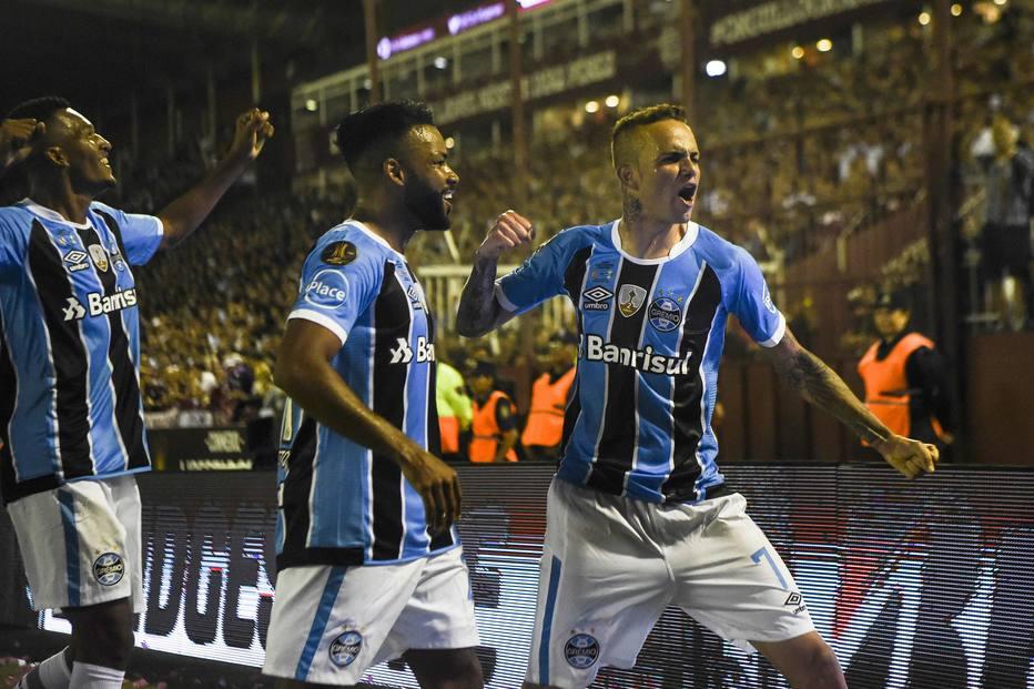 Luan (direita) marcou um golaço no primeiro tempo.