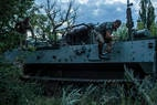 Soldados ucranianos na fronteira com a Crimeia foram colocados em 'alerta de combate' pelo governo após aumento da tensão na região
