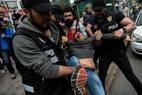 Polícia turca prende manifestante que tentava chegar à Praça Taksim, onde as autoridades proibiram qualquer marcha ou protestos