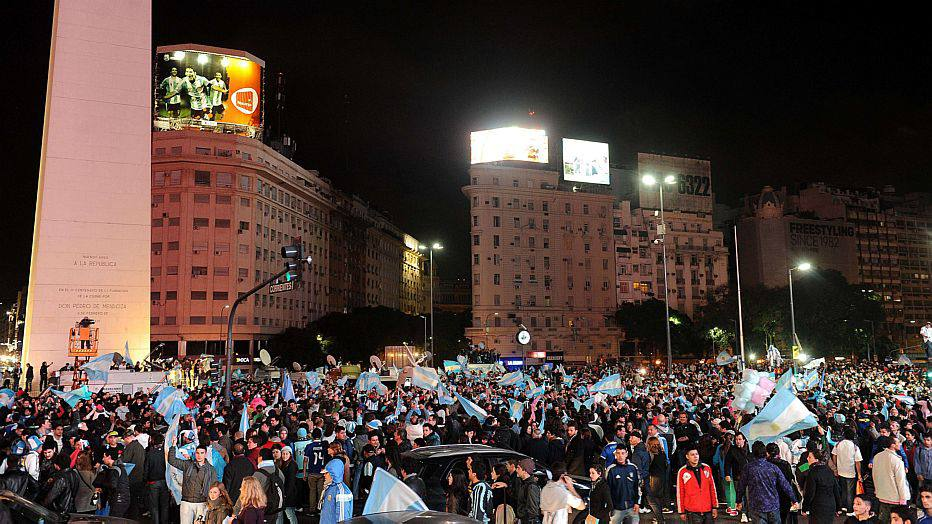 Argentine fans celebrate in Buenos Aires on July 9, 2014, after beating the Netherlands in their FIFA World Cup semi-final football match. Argentina beat the Netherlands 4-2 in penalty kicks and will now face Germany in the World Cup final. AFP PHOTO / TELAM / Raul Ferrari