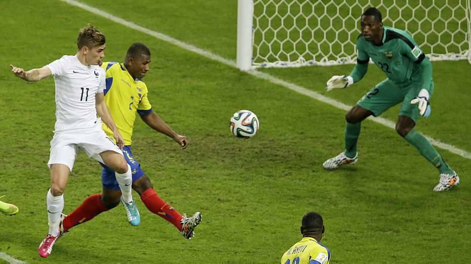 A expulsão poderia ter sido uma vantagem para a França, mas os equatorianos continuaram lutando para, pelo menos, não levaram gols.