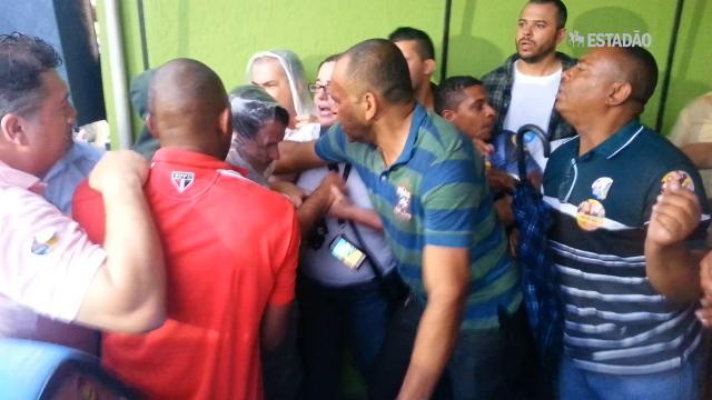 Passeata de tucanos termina em tumulto e agressão na Grande SP