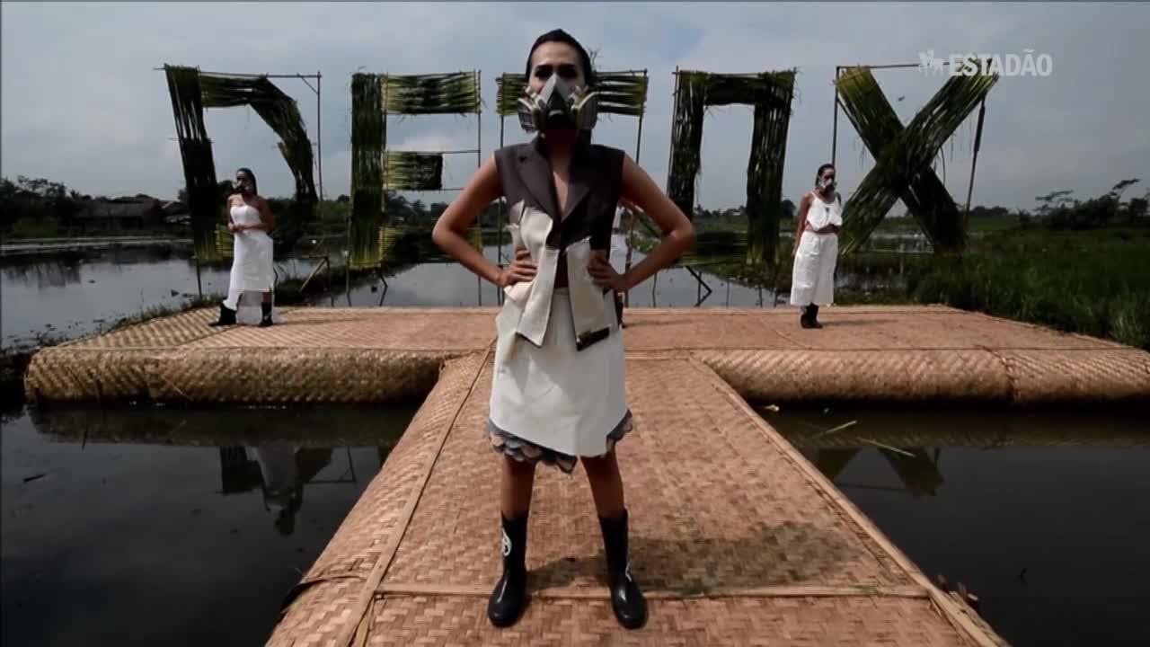 Desfile faz críticas à poluição na Indonésia