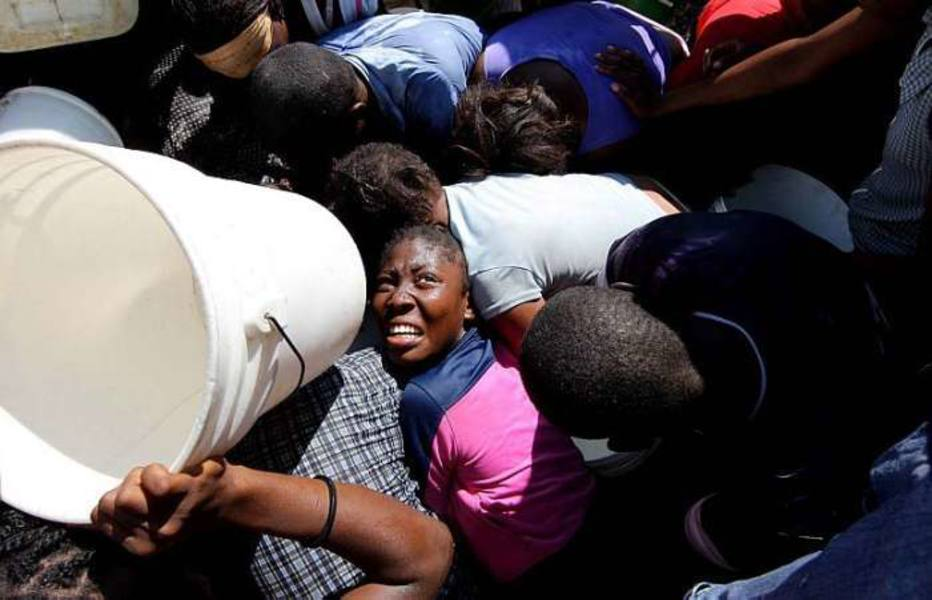 População luta por um pouco de água em Porto de Príncipe