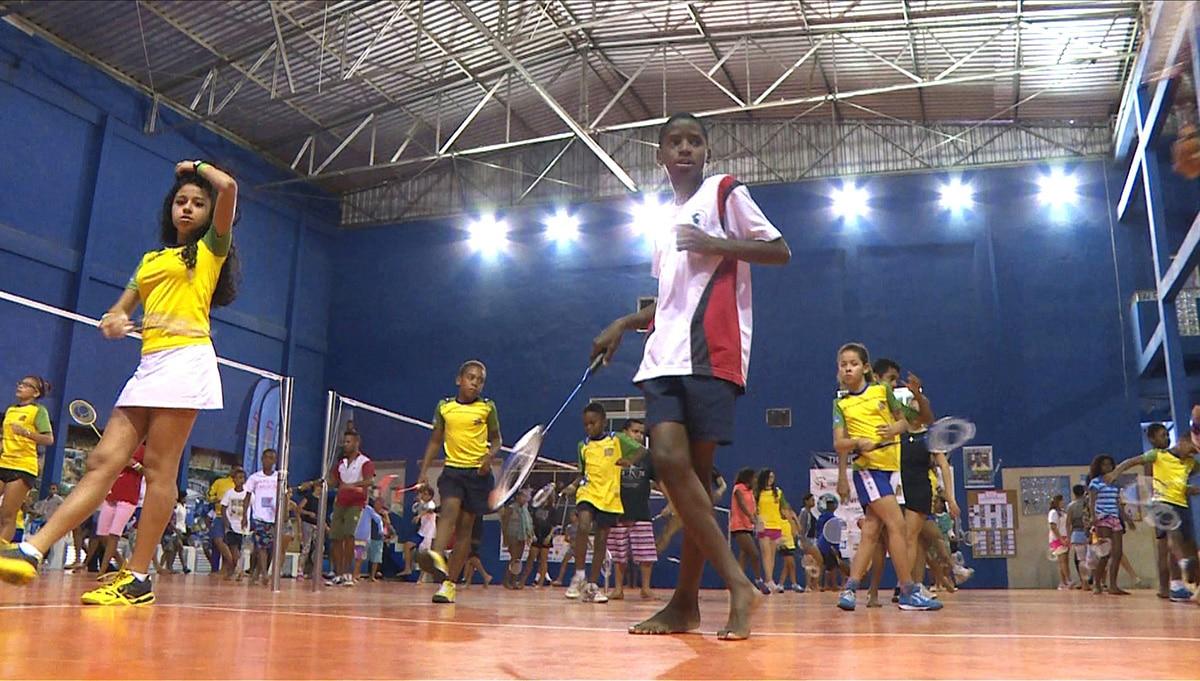 Treinador usa samba para ensinar badminton