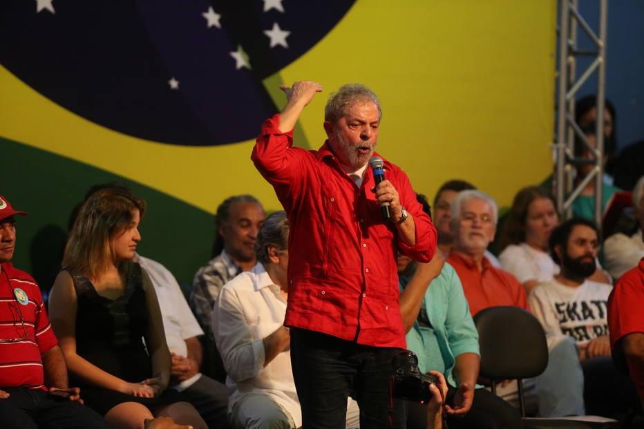 O ex-presidente Lula, artistas e intelectuais durante a plenária de São Paulo na Quadra dos Bancários, centro da capital
