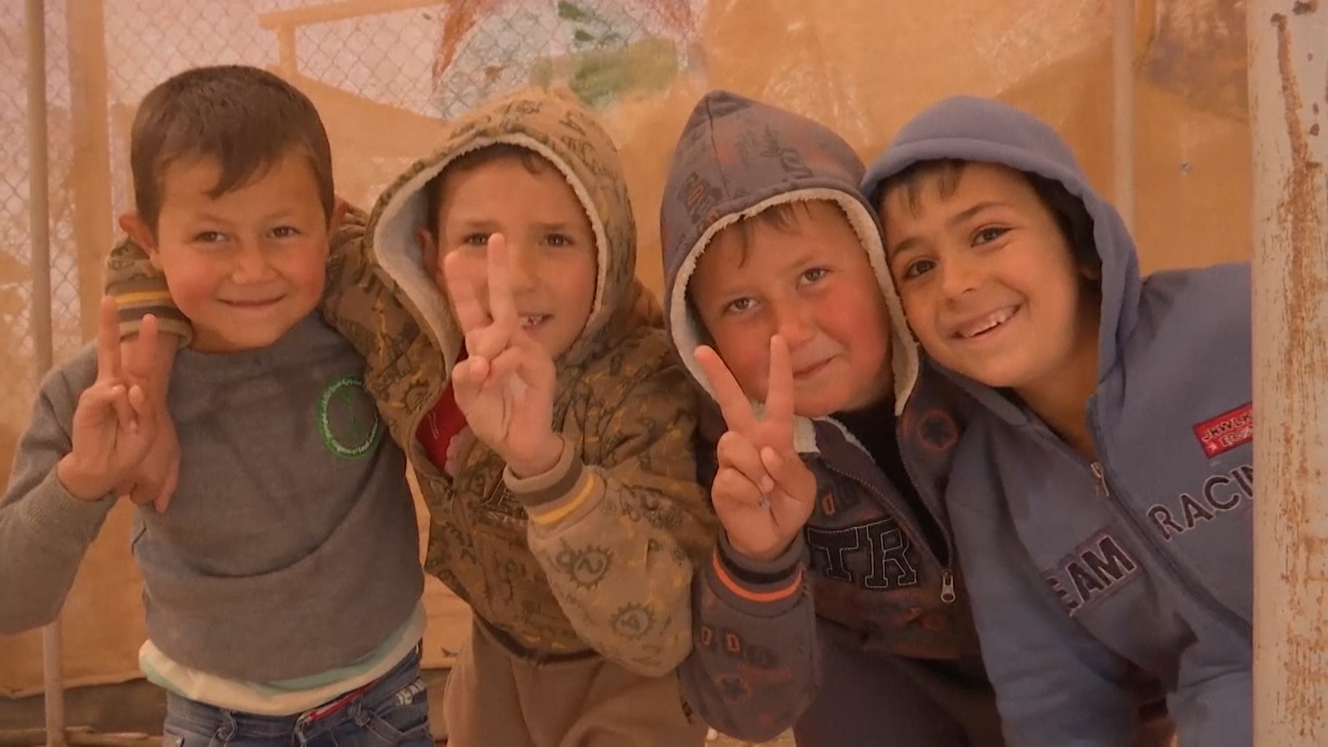 Jovens refugiados fazem aula de circo na Jordânia