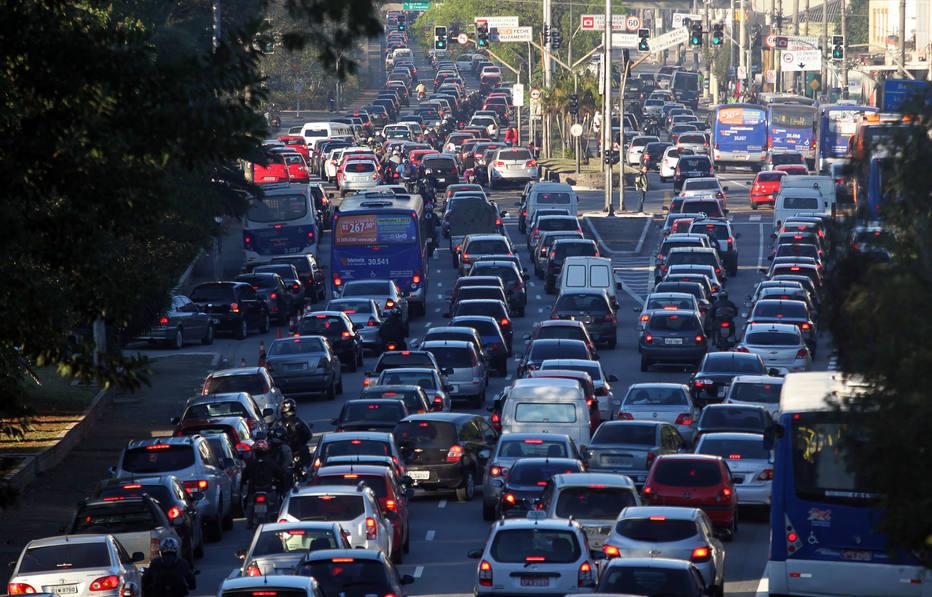 Carros transportam 30% dos passageiros, mas respondem por 73% das emissões em SP