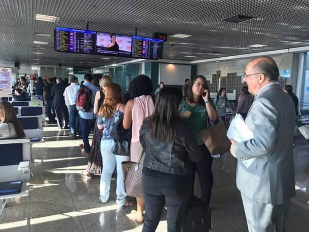 Resultado de imagem para alckmin na fila de embarque