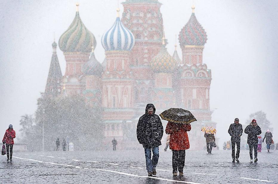 Forte nevasca provoca mais de 150 cancelamentos e atrasos de voos em Moscou