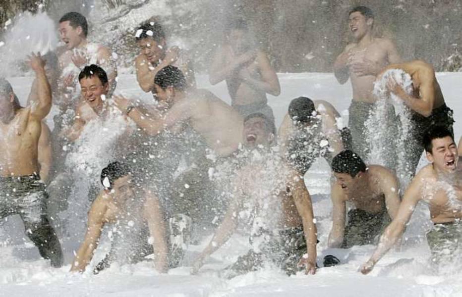Soldados das forças especiais do exército sul-coreano treinam na neve em Pyeongchang