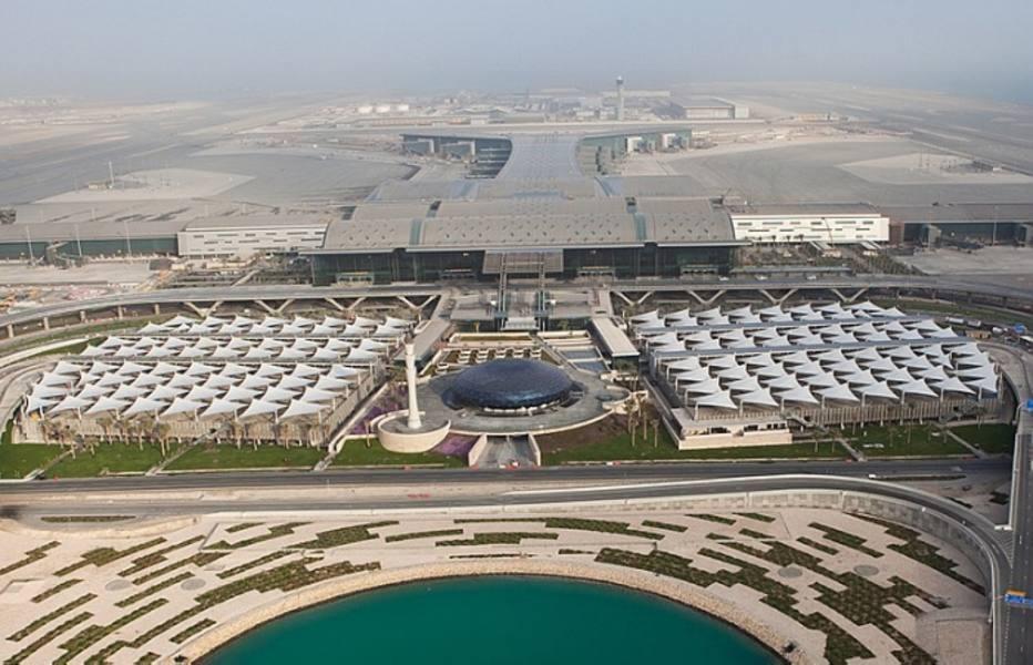 A paisagem do deserto vai se transformando à medida que o novo aeroporto de Doha se aproxima. Pequenas árvores, ainda com estacas, começam a ser vistas na beira da estrada. Mais perto do aeroporto há grama verdinha, árvores grandes e uma espécie de lago artificial formado com desvio de água do mar. O novo aeroporto da capital do Qatar, previsto para 2014, parece um oásis.