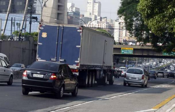 Flagrante de caminhão de grande porte trafegando na Avenida 23 de Maio, em São Paulo