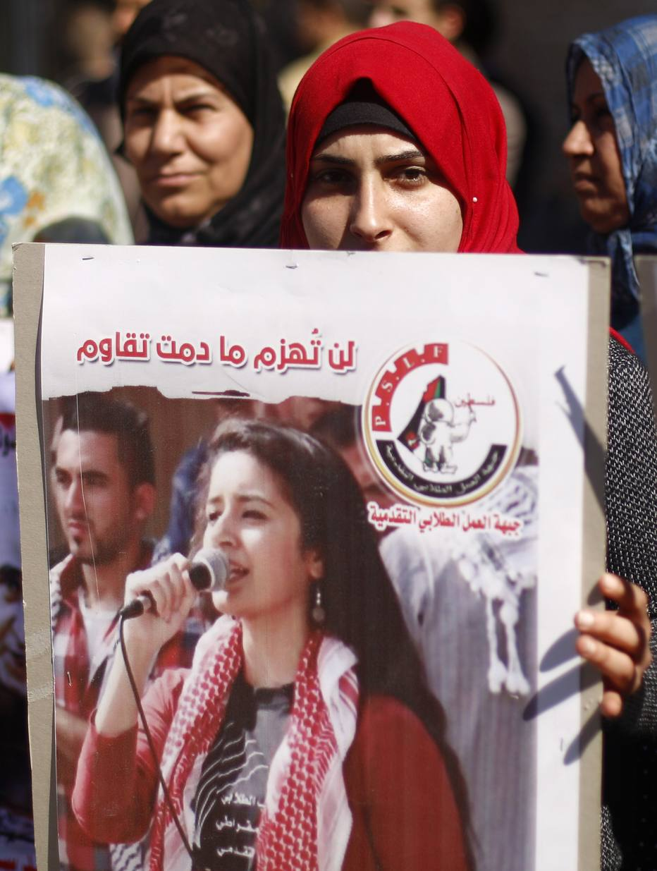 Palestinos protestam em frente ao escritório da Cruz Vermelha, na cidade de Gaza, pedindo a libertação de prisioneiros palestinos que estão emIsrael