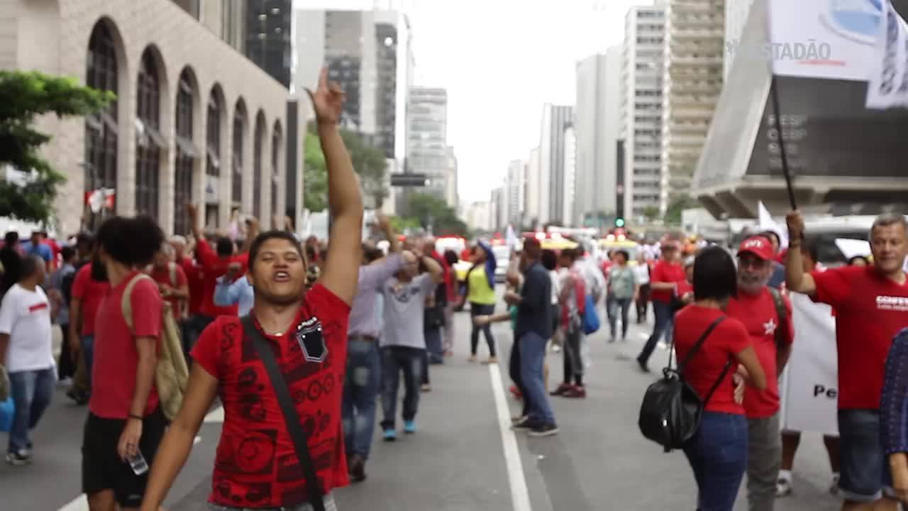 "Ato pró-Dilma pede ""Fora Cunha"" em SP"
