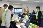 Funcionários da prefeitura de Fukushima analisam dados após o tremor de terça-feira