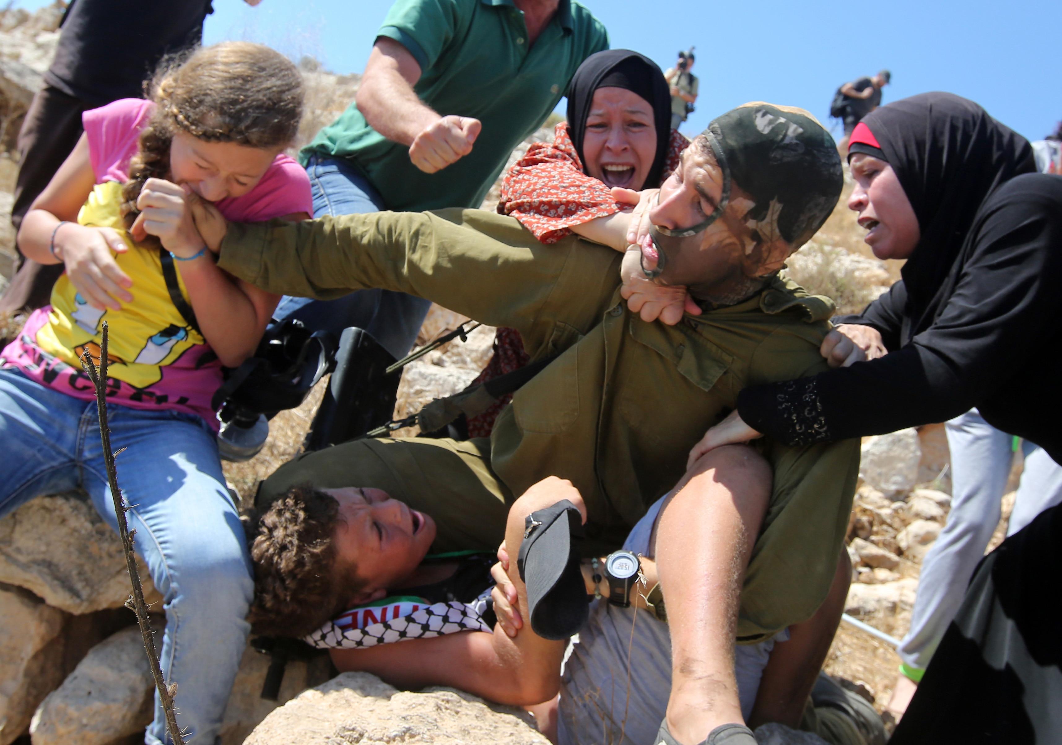 Vídeo mostra soldado israelense prendendo criança