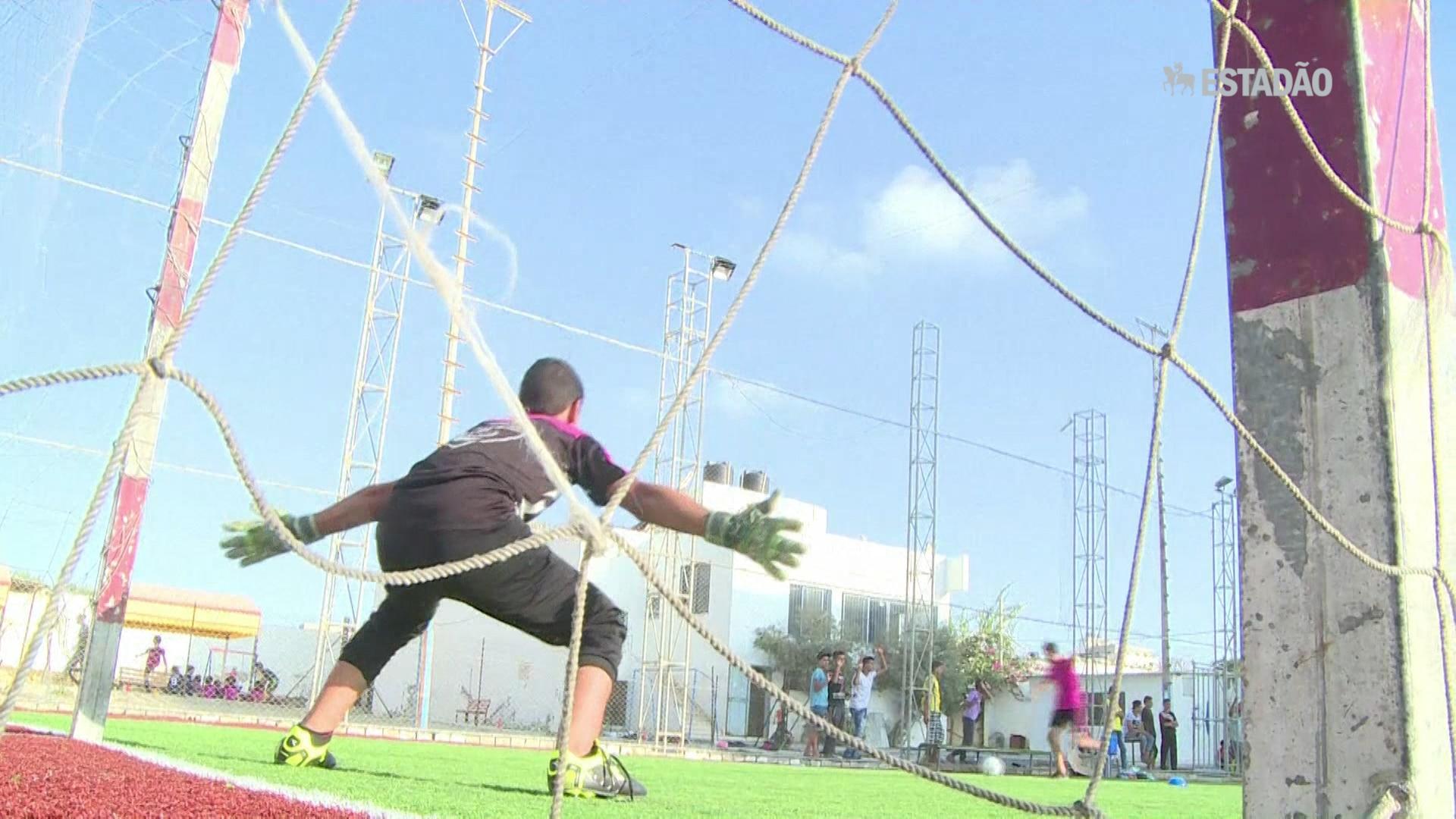 Meninos de Gaza viajam com o futebol
