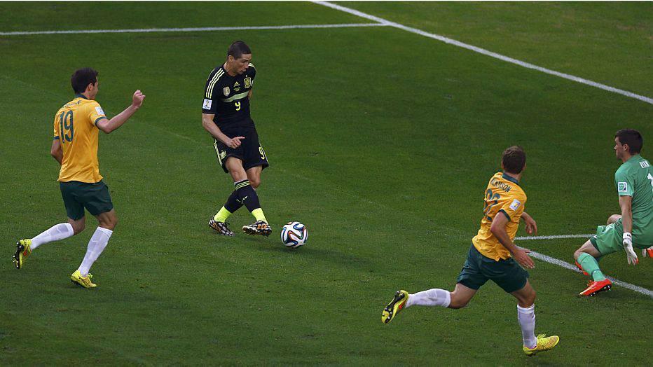 No segundo tempo, Torres passa nas costas da defesa e amplia o placar para os espanhóis