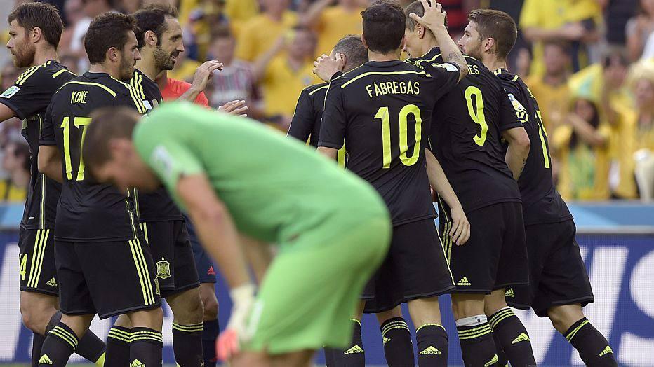 As duas equipes voltam para casa mais cedo nesta Copa. Atual campeã, a Espanha não conseguiu confirmar seu favoritismo