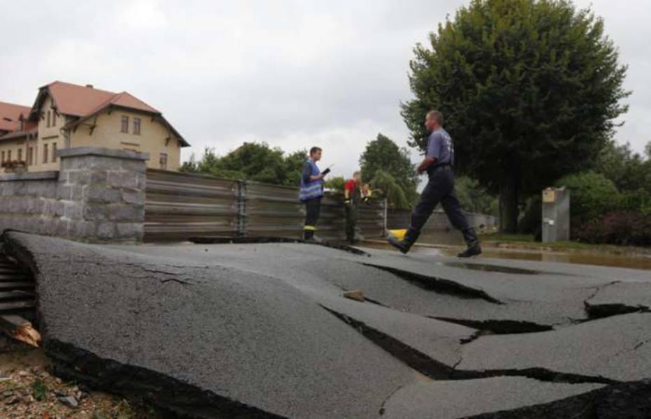Rompimento de barragem faz com que Rio Neisse transborde; ruas e casa na Alemanha foram destruídas