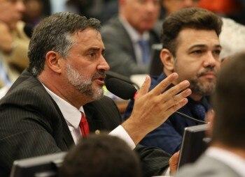 Em ato falho, deputado do PT chama Dilma de ex-presidente