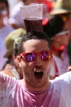 Milhares de espanhóis foram às ruas para comemorar com uma 'guerra' devinho o início do Festival deSão Firmino, em Pamplona, na Espanha. O festival é famoso pela 'corrida dos touros', que persegue os foliões pelas ruas da cidade