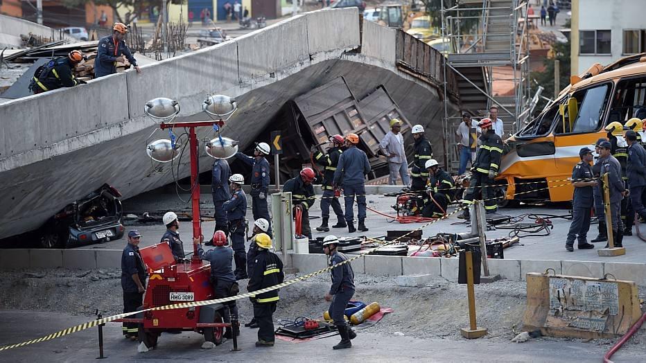 Nove feridos estão recebendo atendimento no local, 8 foram encaminhados com ferimentos leves para o Hospital Risoleta Neves e outros dois foram levadas ao Hospital Odilon Behrens.