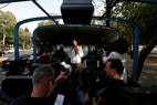 Patricia de Obeso, uma das organizadoras do 'Corruptour' apresenta um dos prédios do governo onde há relatos de casos de corrupção