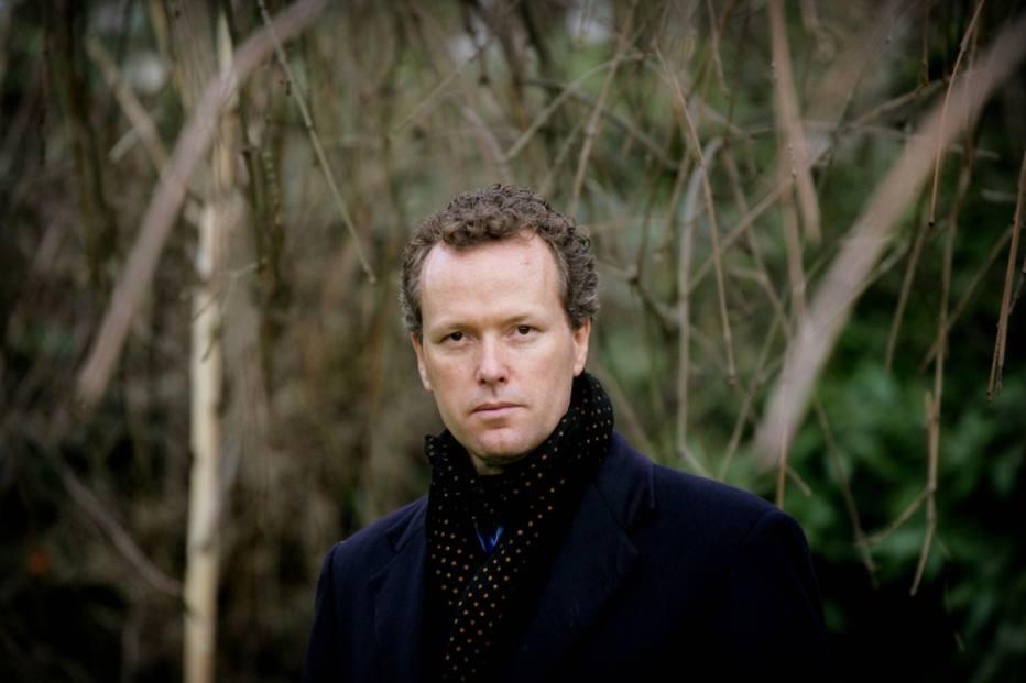O autor.  Ele foi finalista do Man Booker Prize, em 2006, por  'O Leite  da Mãe'
