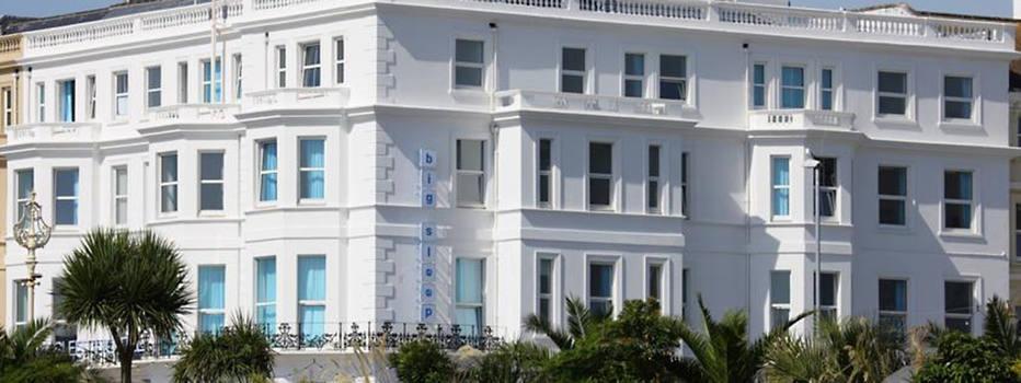"""""""Na cama com John Malkovich"""" foi o nome do evento criado em 2006 para promover oThe Big Sleep Hotelde Cardiff, no País de Gales. Várias camas foram colocadas no lobby para acomodar 300 pessoas que se encontraram com o ator vestido com um roupão azul sobre um pijama de listrinhas. Junto com dois sócios, Malkovich decidiu investir no ramo da hotelaria sem muita segurança, no ano 2000. Ao contrário da maioria de seus colegas, o ator não colocou suas libras em um empreendimento de luxo, mas em um do tipo """"esperto e econômico"""". Deu certo. A rede (há outras unidades nas cidades de Cheltenham e Eastbourne) está sempre bem avaliada em sites especializados como o TripAdvisor, e oferece quartos de decoração clean e confortos como café da manhã e TVs de tela plana. Os preços começam em 29 libras (R$ 131)"""