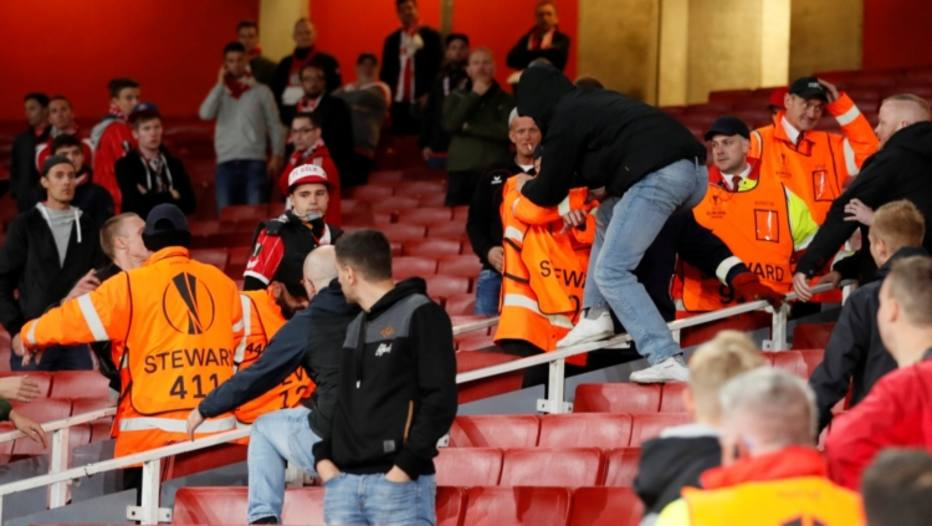 Uefa multa Colonia após torcedores do time causarem danos ao estádio do Arsenal
