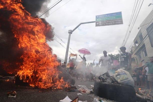 Moradores protestam em Vitória e Exército é acionado