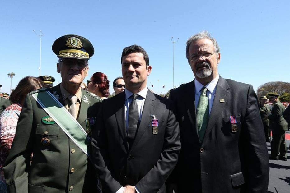 O comandante do Exército, Eduardo Villas Bôas, o juiz Sérgio Moro e o ministro da Defesa, Raul Jungm