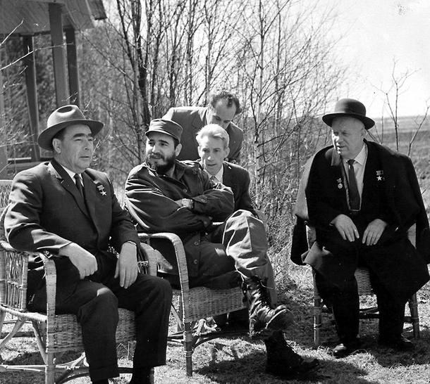 Líder cubano, Fidel Castro (C), e o primeiro-ministro soviético, Nikita Kruchev (D), durante encontro em 1962 o auge da crise entre a União Soviética e os Estados Unidos