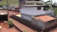 Moradores removem a lama de casa